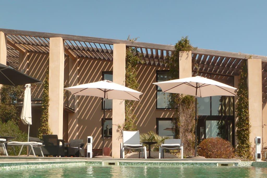 Facade et terrasse côté piscine