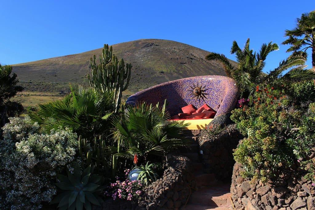 Sonnenbett im Garten der Finca