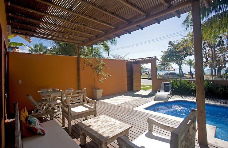 5 suítes, frente praia, piscina perto do centro