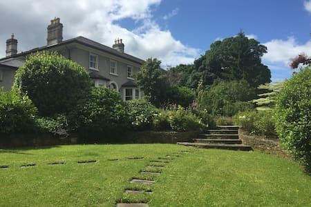 Fabulous river, island and mountain views within a stunning period residence. Beautifully decorated throughout, this house is the perfect location for guests seeking a spacious and private location within close proximity to many local amenities .