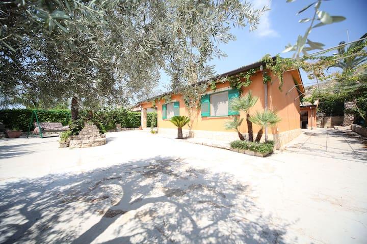 Ruhiges Haus auf dem sizilianischen Land - Villaggio La Loggia - Casa