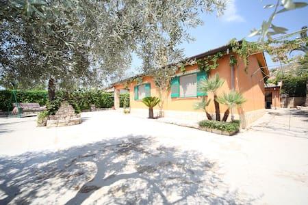Ruhiges Haus auf dem sizilianischen Land - Villaggio La Loggia - Rumah
