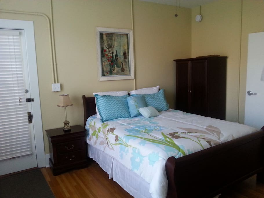 This cozy room features a private entrance just steps away from State Street. Historic Bowling Green is literally at your doorstep!