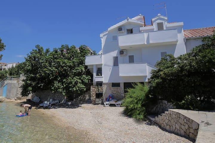 Beach house with two apartments - Stara Novalja - Rumah