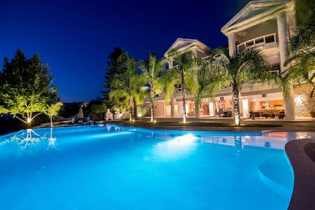 "The ""SunRidge Gardens"" Villa - Καλαμάτα"