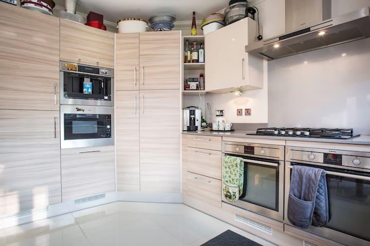 Clean Double room near Gatwick - Whyteleafe - Гестхаус