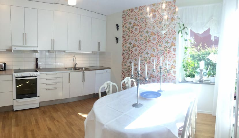 Fresh apartment with a patio - Täby - Appartement