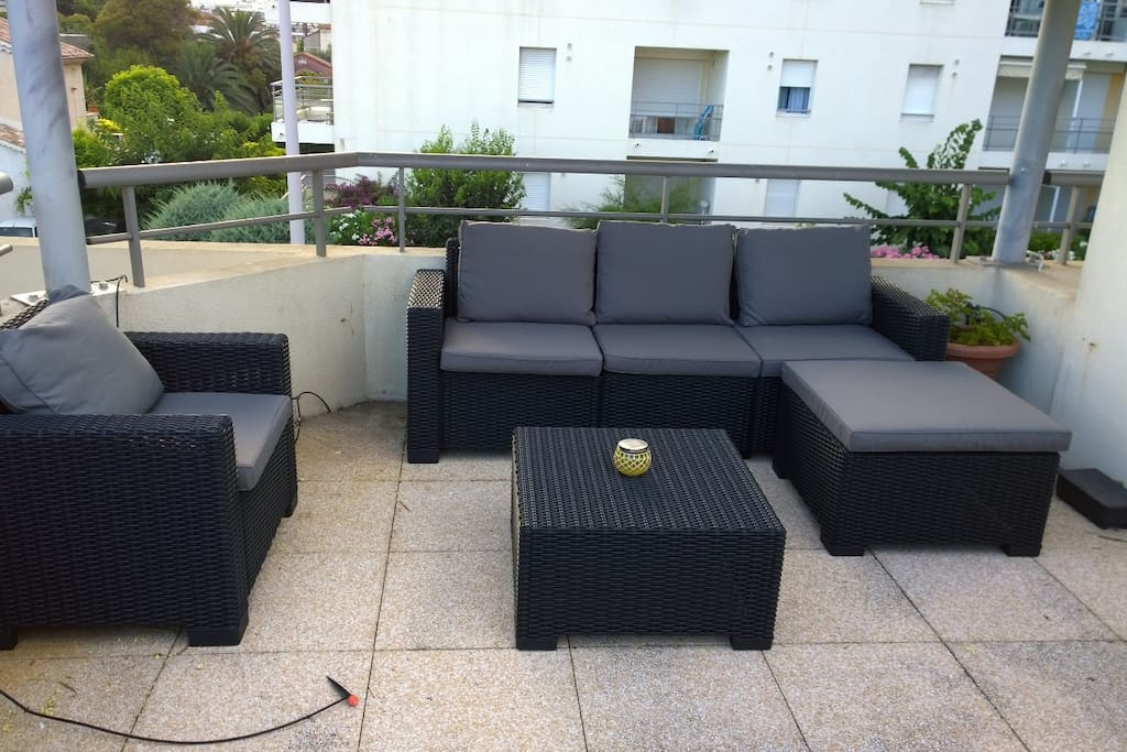 Toit-terrasse avec salon de jardin et 2 bains de soleil.