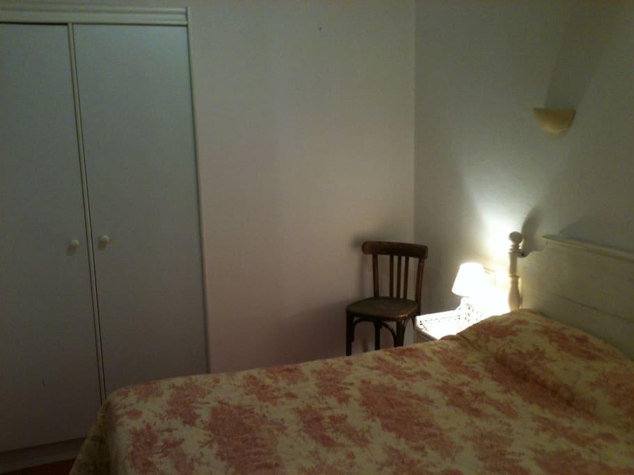 La partie nuit avec son lit en 140x190