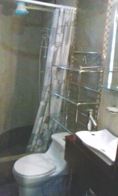 baño con ducha eléctrica