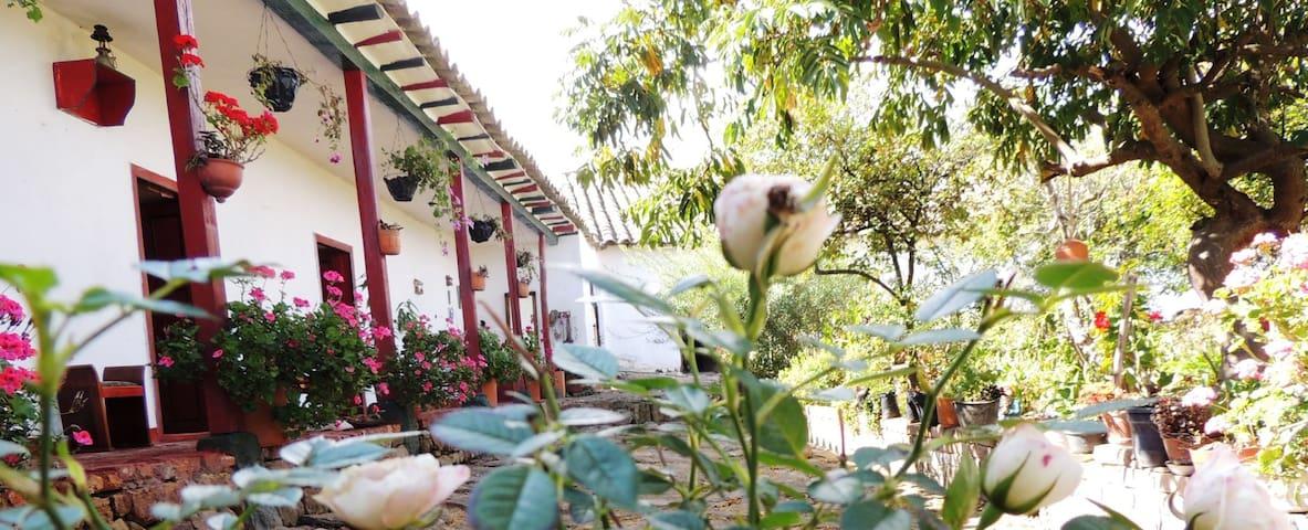 Nice shared room in colonial villa. - Tunja - Byt
