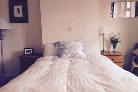 Galway City, Bright and Spacious Room - Galway