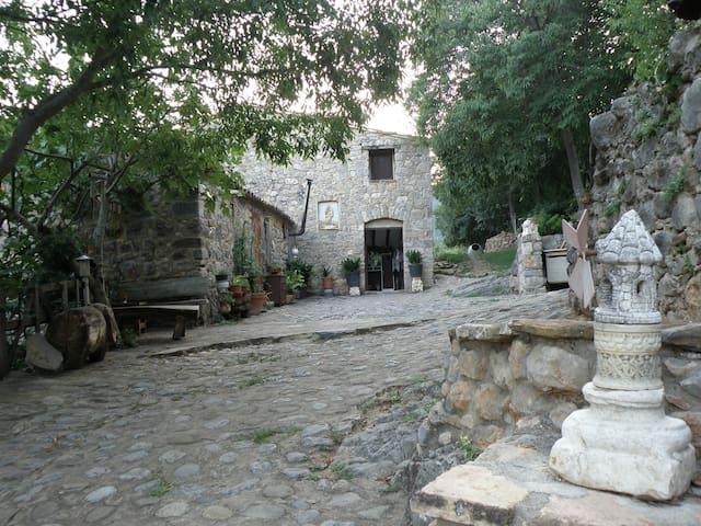 Masía Catalana en la Garrotxa - II - Sadernes
