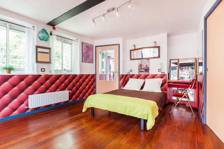Chambre Ohlala avec salle de bain privée, 2 fenêtres double vitrage, Canapé lit avec matelas de qualité, bureau