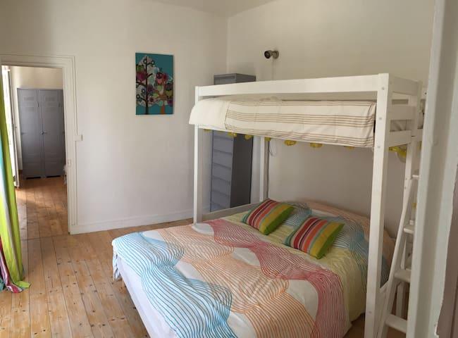 Chambre 2 : 1 lit de 140 et une mezzanine de 90