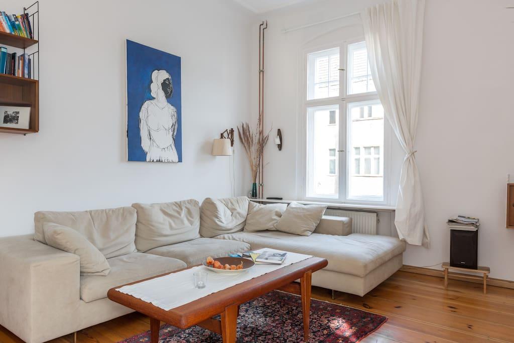 Wohnzimmer mit Leseecke und Balkon/ Livingroom with balcony and books to read