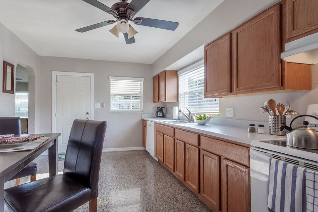 Large kitchen w/ 4-seat Breakfast table
