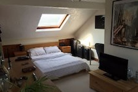 Large Double Ensuite Room - Midsomer Norton - 独立屋