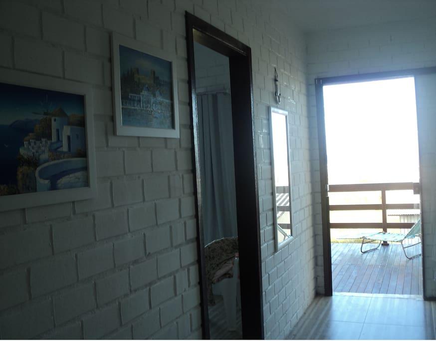 Corredor dos quartos com vista para o mar