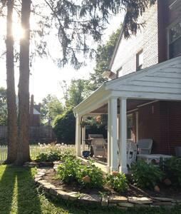 Charming Brick Colonial - Ház