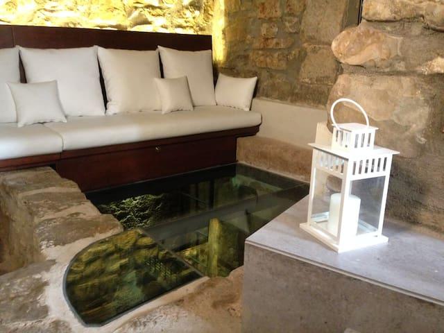 Salón sobre la almazara con cristal pisable donde antiguamente se hacía vino.