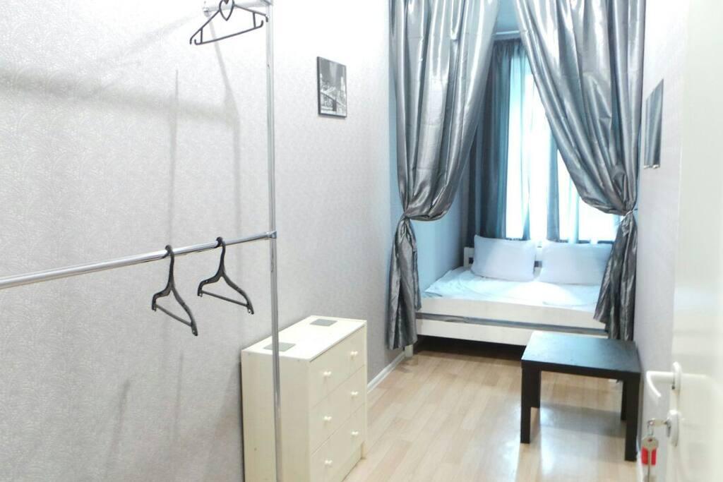 Комната с 2-спальной кроватью и открытой гардеробной, красивый вид из окна
