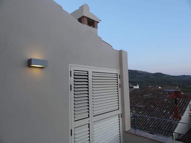Sala de máquinas (no accesible). La calefacción, aire acondicionado y agua caliente de la casa se produce mediante aerotermia que consume 1 kw por cada 4 kw producidos. CAL MATINER es respetuosa con el medio ambiente.