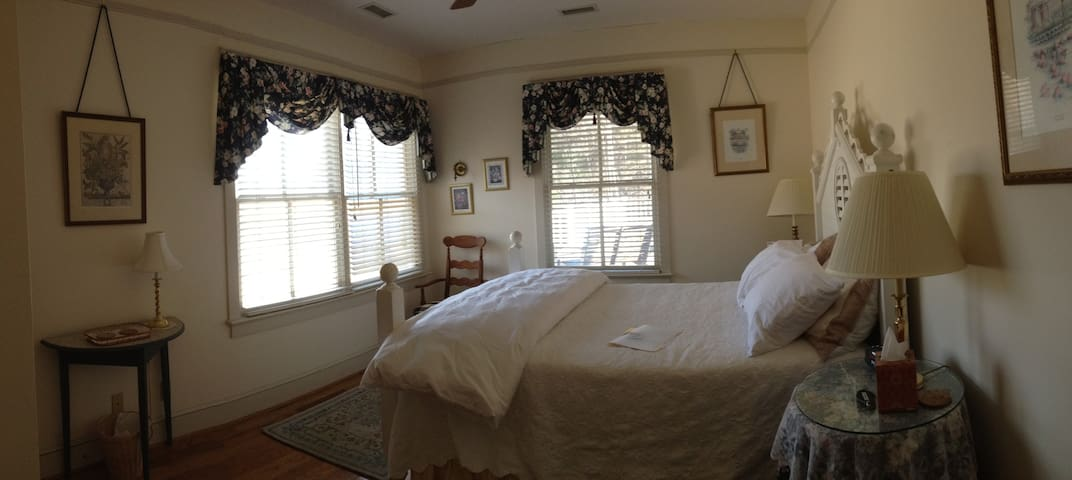 Private room at our bed & breakfast - Crozet - Bed & Breakfast
