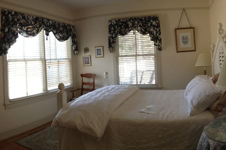 Private room at our bed & breakfast - Crozet