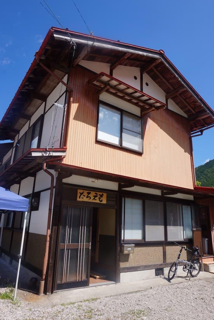 世界遺産白川郷 平瀬温泉の小坂旅館だった建物を利用したゲストハウスです。
