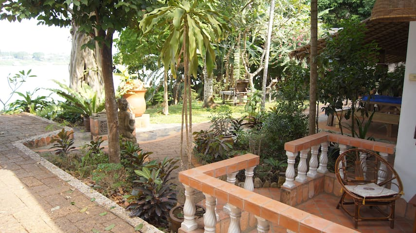 Mut Mee Guest House, A/C Room in Beautiful Gardens - Tambon Mi Chai
