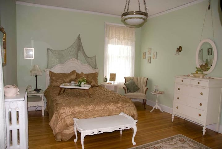 Escape to the Seascape Room - Everett - Bed & Breakfast