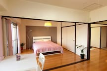 Main Bed room with quees size (160cm width) bed. 160cm幅のクイーンベッドを備えたベッドルーム。