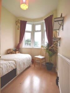 Private room in friendly home N12 - London - House