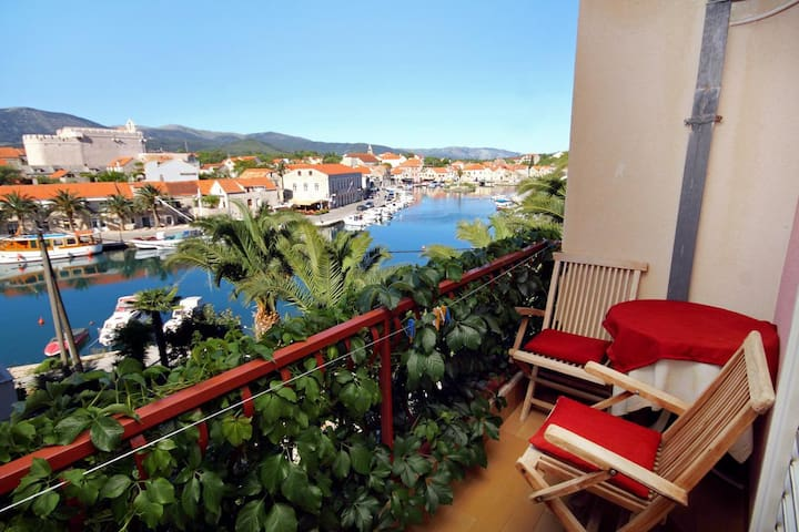 Room with balcony and sea view Vrboska (Hvar) (S-540-e)