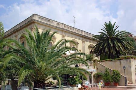 Beige room in a princely villa in Noto - Noto - Villa