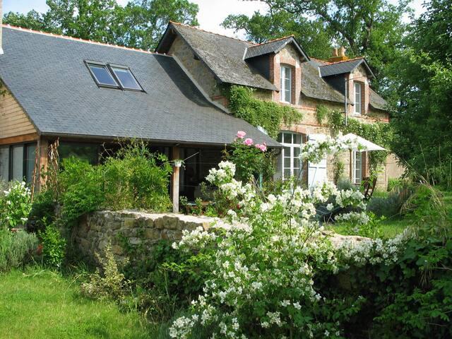 Cottage+piscine intérieure chauffée - Donges - บ้าน