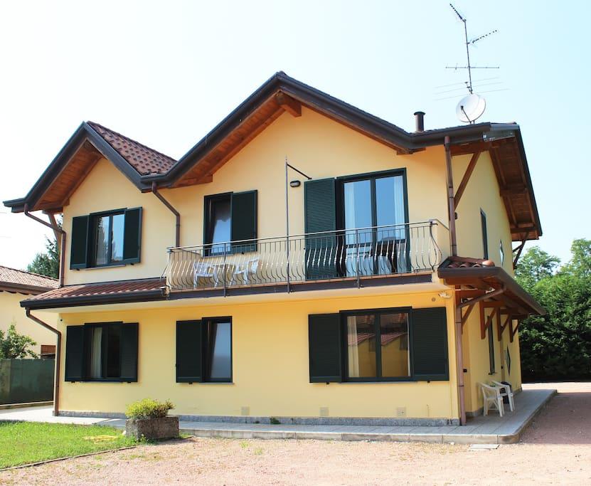 Retro (visibile il balcone dell'appartamento)