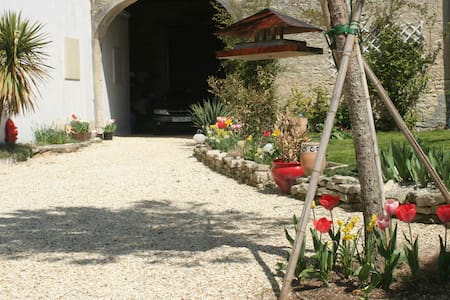 ROOM IN THE HEART OF COGNAC COUNTRY - Plaizac - Bed & Breakfast