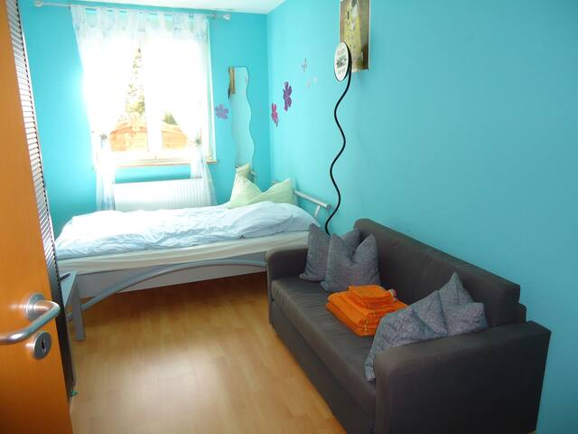 Möbliertes Zimmer mit Doppelbett (2mx2m),TV, WLAN - Veitshöchheim - Byt