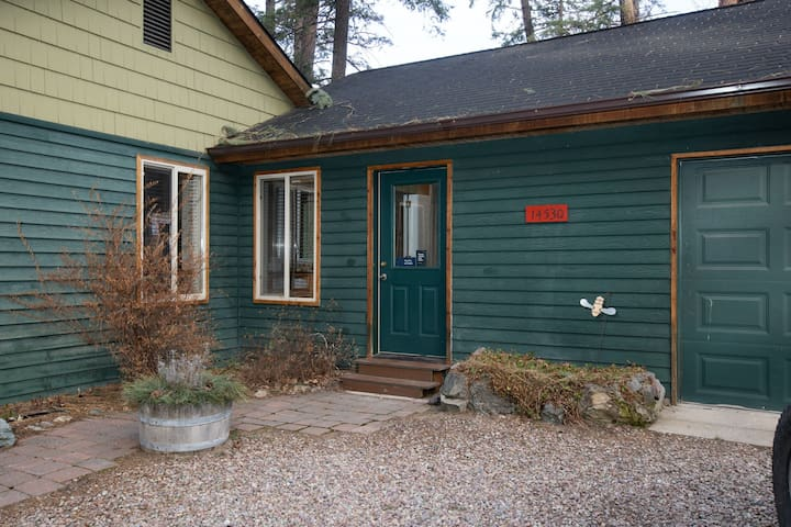 Cozy getaway for two w/ a kitchenette - walk to the lake, marina, & beach!
