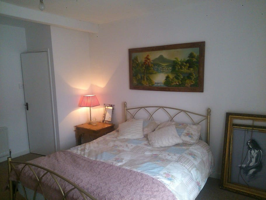 Large kingsize bed. Very spacious room.