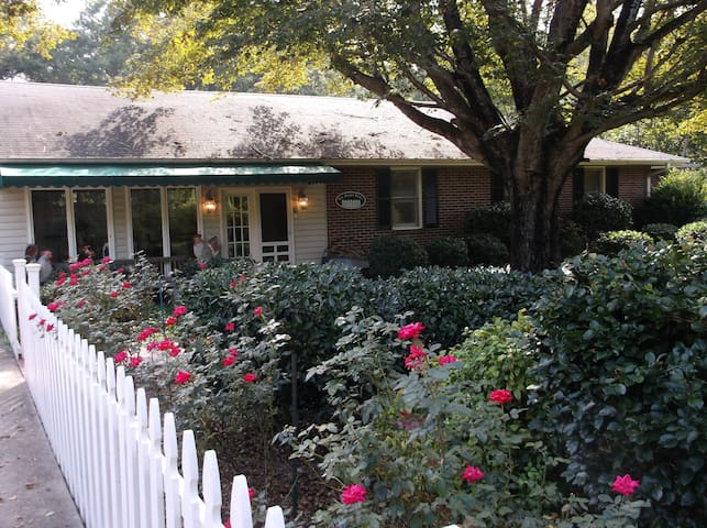 PICKET FENCE B&B...THE CLEMSON SUITE-WEEKLY RATES! - Anderson - Bed & Breakfast