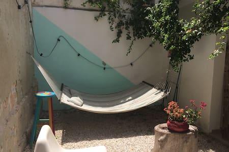 Gardenin' #1-Funky room in a yard - Tel Aviv-Yafo - Bed & Breakfast