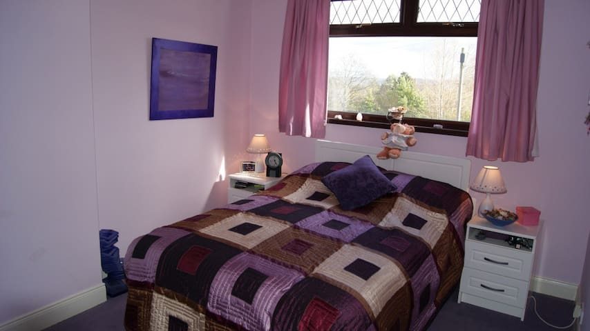 Comfy large double room, 15 mins from Belfast - Greenisland