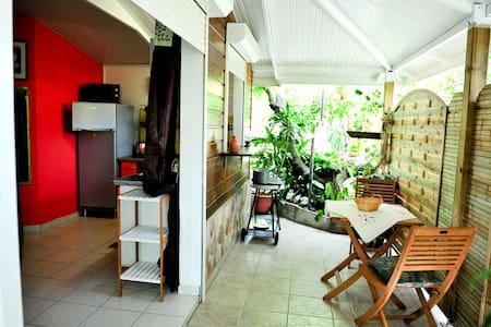 """Agréable bungalow à 5"""" de la plage - Le Diamant - Bungaló"""