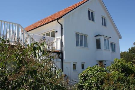 Lotsvillan Hostel by the sea - Höllviken - Casa de campo