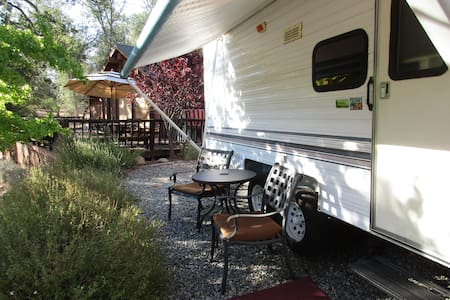 Camper with outside deck and view! - Oakhurst - Husbil/husvagn