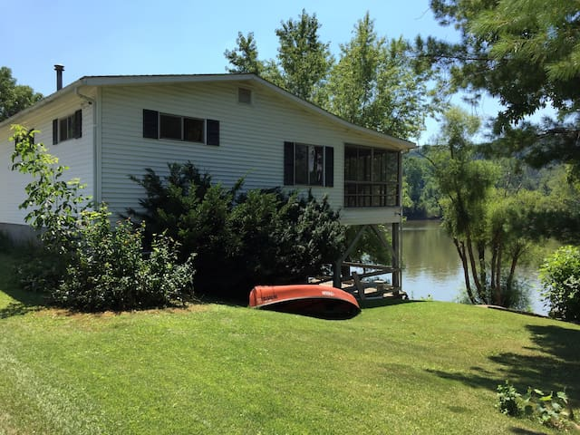 Charming riverfront cabin on island - Lowell - Cabin