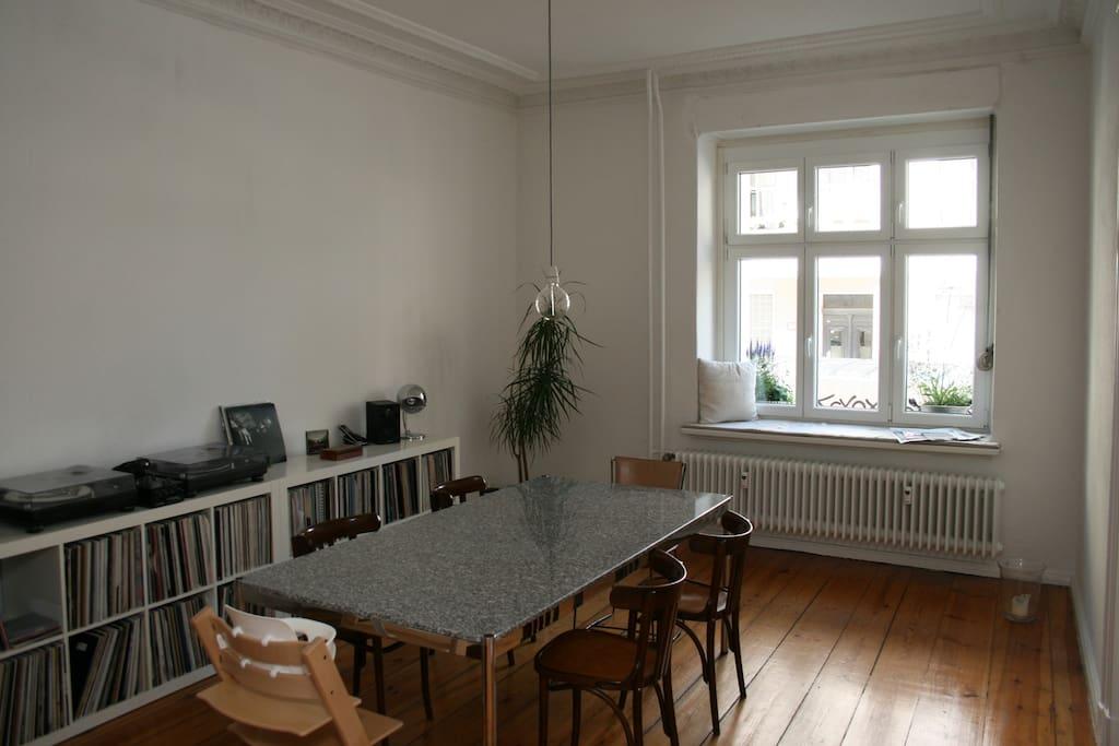 Esszimmer mit großem Tisch und gepolsterter Fensterbank